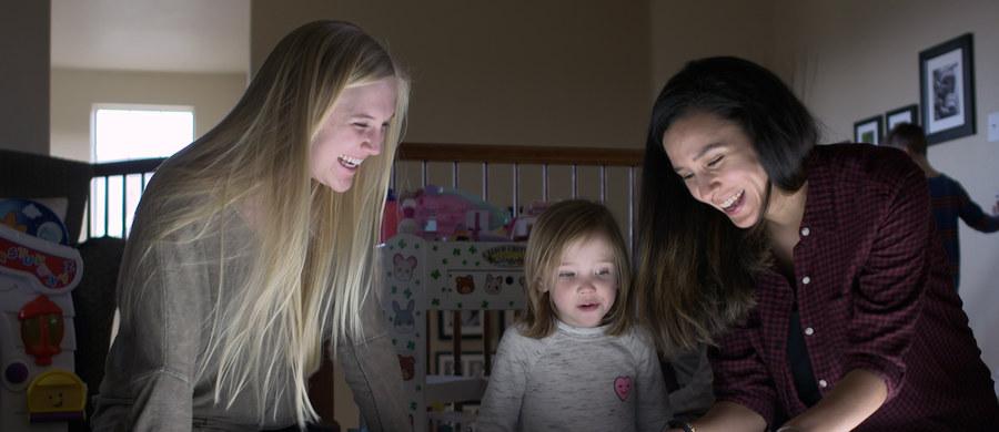 """Dzieci w wieku przedszkolnym nie powinny przebywać przed snem w jasnym świetle - piszą na łamach czasopisma """"Physiological Reports"""" naukowcy z University of Colorado w Boulder. Wyniki ich badań wskazują, że jasne światło znacznie zmniejsza wytwarzanie w organizmie małych dzieci istotnego dla snu hormonu - melatoniny - i bardzo utrudnia zasypianie. Zwiększona wrażliwość dzieci na światło wiąże się prawdopodobnie z inną niż u dorosłych budową oczu, m.in. większymi źrenicami i bardziej przezroczystą soczewką."""