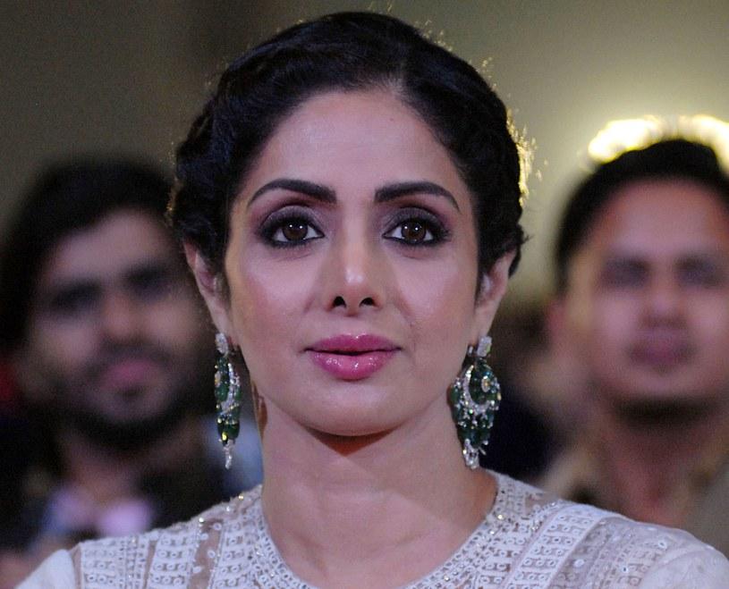Aktorka Sridevi w latach 80. przełamała męską dominację w kinie indyjskim, stając się jego ikoną. Wywalczyła sobie wtedy rekordowe zarobki. 54-latka niedawno wróciła do Bollywood, które dyskryminuje starsze aktorki. Jej śmierć wywołała falę plotek.