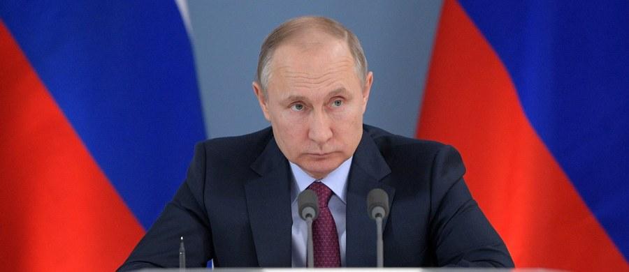 """Prezydent Rosji Władimir Putin w 2014 r. tuż przed ceremonią otwarcia igrzysk olimpijskich w Soczi wydał rozkaz zestrzelenia samolotu pasażerskiego, """"na którego pokładzie, według wstępnych doniesień, znajdowała się bomba"""". Tak wynika z filmu dokumentalnego """"Putin"""", dostępnego od niedzieli na rosyjskich portalach społecznościowych. Rzecznik Kremla Dmitrij Pieskow potwierdził, że przedstawione w trwającym ponad dwie godziny filmie zdarzenia miały miejsce w rzeczywistości."""