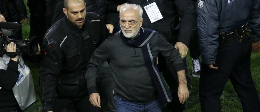 Dramatyczny przebieg miał niedzielny mecz 25. kolejki greckiej ekstraklasy piłkarskiej PAOK Saloniki - AEK Ateny. Arbiter przerwał spotkanie w 89. minucie, po tym jak na boisko wbiegł właściciel klubu gospodarzy Iwan Sawwidi z pistoletem w kaburze. Greccy politycy zdecydowali się zawiesić rozgrywki ligowe do odwołania.