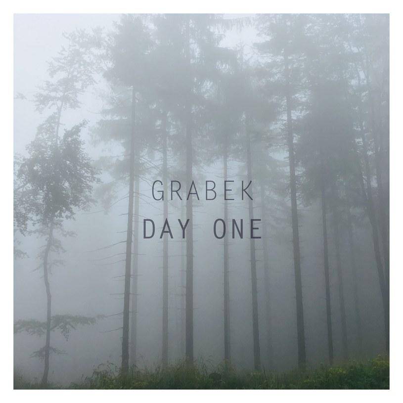 """Jesteście fanami poprzednich płyt Grabka? W takim razie """"Day One"""" może was nieźle zaskoczyć, ale bynajmniej nie jest to pozycja rozczarowująca."""