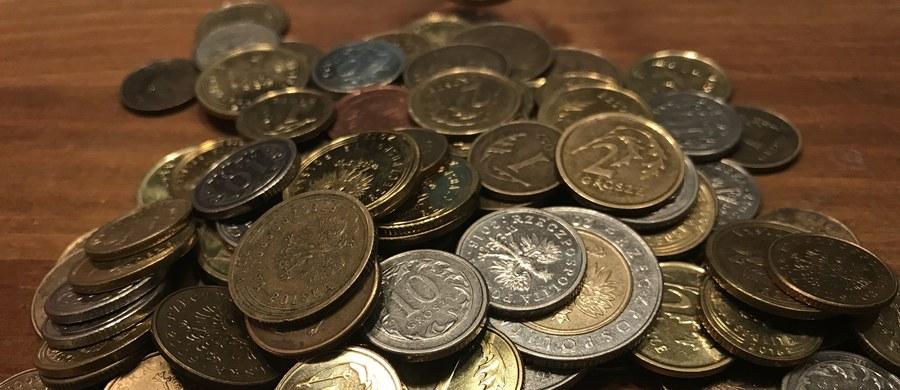 """Polacy w wieku 18-25 lat mają 535 mln zł długu - wynika z danych Krajowego Rejestru Długów. Na liście dłużników jest 152 tys. takich osób. Znaleźli się na niej, jak wskazano, za niespłacone pożyczki, nieuregulowane rachunki za telefon czy niezapłacone mandaty za jazdę na gapę. Jak podał KRD, w ciągu ostatniego roku zadłużenie młodych rodaków wzrosło o 62 proc., a """"średnia zaległość młodej osoby przekracza 3,5 tys. złotych""""."""