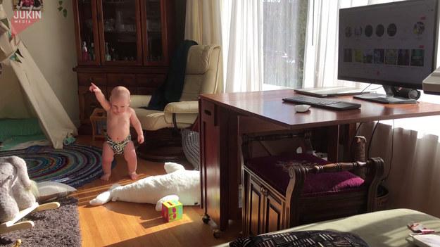 Ten maluch jest niesamowity. Wystarczy, że usłyszy muzykę, a zaczyna tak wywijać, że rodzice postanowili go nagrać. Musicie to koniecznie zobaczyć.