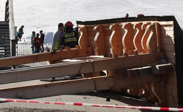 Choć to wydaje się kuriozalne, to dwa dni po tragicznym wypadku w Białce Tatrzańskiej Powiatowy Inspektor Nadzoru Budowlanego z Zakopanego nie wie, kto był właścicielem i inwestorem bramy, która runęła na dwie osoby. Na miejscu zginęła siedemdziesięcioletnia babcia, a jej siedmioletni wnuczek w stanie ciężkim został przetransportowany śmigłowcem do szpitala w Krakowie. Okazało się, że brama powitalna nie tylko nie stała na terenie należącym do pobliskiego hotelu, ale nawet na dwóch działkach należących do różnych właścicieli.