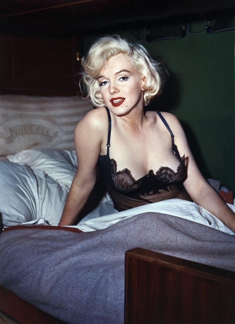 """Amerykańska aktorka Marilyn Monroe miała wiele twarzy. Kim była? Głupiutką modelką czy może skrywającą swą inteligencję femme fatale? Sarah Churchwell w swej książce """"Twarze Marilyn Monroe"""" przygląda się ikonie popkultury, próbując rozwikłać jej fenomen."""