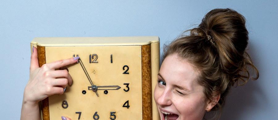 W nocy z 24 na 25 marca zmieniamy czas z zimowego na letni. Wskazówki zegarów przesuniemy z godziny 2 na godzinę 3. Będziemy więc spać krócej. W Polsce zmiana czasu została wprowadzona w okresie międzywojennym, potem w latach 1946-1949 i 1957-1964. Teraz  obowiązuje nieprzerwanie od 1977 roku. W Unii Europejskiej godzinę zmienia się dwa razy w roku - w ostatni weekend marca i października.