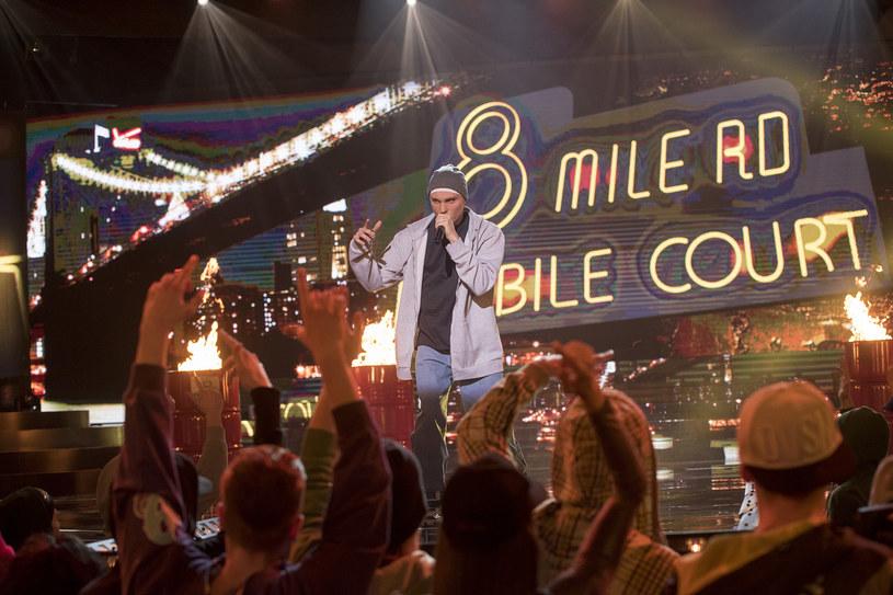 """W najbliższym odcinku """"Twoja twarz brzmi znajomo"""" znany z głównej roli w musicalu """"Piloci"""" Janek Traczyk wcieli się w Eminema. Poniżej możecie przedpremierowo zobaczyć fragment jego występu."""
