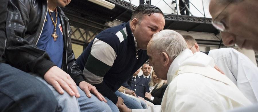 Franciszek lubi zaskakiwać swoją spontanicznością i bezpośrednim kontaktem z wiernymi. Tradycyjnie w Wielki Czwartek, ojciec święty sprawował liturgię Wieczerzy Pańskiej poza Watykanem, w więzieniu Regina Caeli na Zatybrzu w Rzymie. Podczas kazania stwierdził, że jest chory i w przyszłym roku planuje operację.