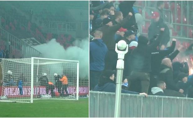 Policja nie wyklucza kolejnych zatrzymań po kibolskich burdach na stadionie w Tychach, do których doszło w trakcie sobotniego derbowego pojedynku pomiędzy tyskim GKS-em i Ruchem Chorzów. Na razie zatrzymano dwóch pseudokibiców: odpowiedzą najprawdopodobniej m.in. za atak na ochroniarza.