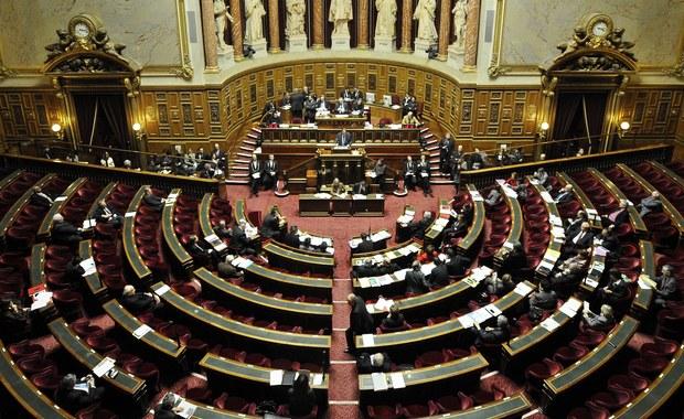 Rząd Francji doszedł z Senatem do porozumienia, na mocy którego liczba parlamentarzystów zostanie zmniejszona o 30 proc. W Zgromadzeniu Narodowym będzie 404 deputowanych, a liczba senatorów wyniesie 244 - poinformował premier Francji Edouard Philippe.