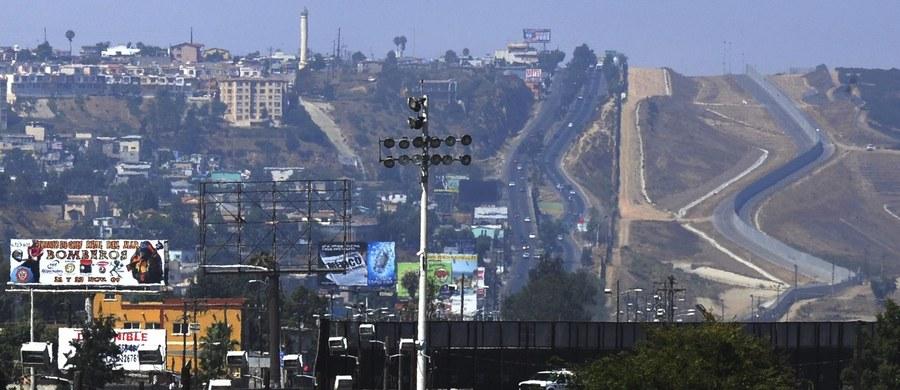 Prezydent Donald Trump powiedział dziennikarzom w czwartek, że żołnierze Gwardii Narodowej, których zgodnie z podpisaną przez niego w środę decyzją oddelegowano na granicę z Meksykiem dla wzmocnienia Straży Granicznej, pozostaną tam, dopóki nie powstanie mur. Prezydent USA oświadczył też, że życzyłby sobie, aby dyslokacja Gwardii Narodowej na granicy z Meksykiem objęła od 2 tys. do 4 tys. żołnierzy. Dodał, że zwrócił się o dokładne wyliczenie kosztów ich stacjonowania.