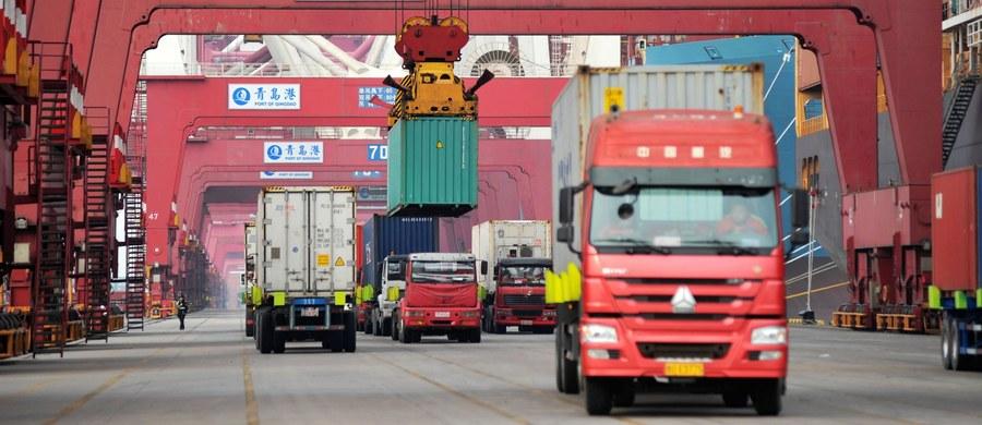 """Prezydent USA Donald Trump poinformował, że """"rozważa wprowadzenie dodatkowych ceł na chińskie produkty o wartości 100 mld USD. W ubiegłym tygodniu prezydent Trump wprowadził karne cła na chińskie produkty o wartości 50 mld dolarów USA."""