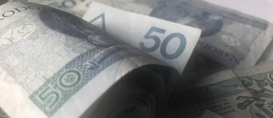 """""""Polityka to służba, nie interesy. Przelałem moją nagrodę jako darowiznę na Caritas Diecezji Koszalińsko-Kołobrzeskiej"""" - poinformował Paweł Szefernaker. Wczoraj prezes PiS Jarosław Kaczyński oznajmił, że ministrowie i ich zastępcy przekażą pieniądze z nagród na działalność Caritas. Oprócz tego zapowiedział redukcję pensji posłów i senatorów o 20 proc. oraz zmniejszenie uposażenia dla wójtów, burmistrzów i prezydentów miast."""