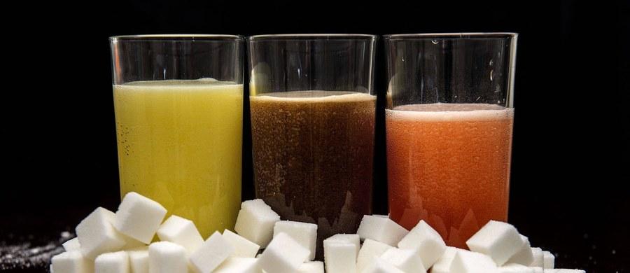 """Nowy podatek od słodkich napojów wszedł w życie w Wielkiej Brytanii. Chodzi o ograniczenie spożywania cukru przez najmłodszych i zmniejszenie otyłości wśród dzieci - twierdzą jego pomysłodawcy. """"Nasze nastolatki co roku konsumują średnio równowartość wanny wypełnionej słodkimi napojami, co przyczynia się do niepojącego rozwoju otyłości w kraju"""" - napisał w oświadczeniu przedstawiciel resortu ds. zdrowia Steve Brine."""