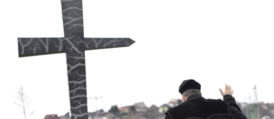 """Jesteśmy solidarni z dziełem prezydenta Lecha Kaczyńskiego, naród węgierski jest solidarny z narodem polskim - powiedział szef Komisji Spraw Zagranicznych parlamentu węgierskiego Zsolt Nemeth podczas piątkowej uroczystości odsłonięcia pomnika """"Memento-Smoleńsk"""" w Budapeszcie."""