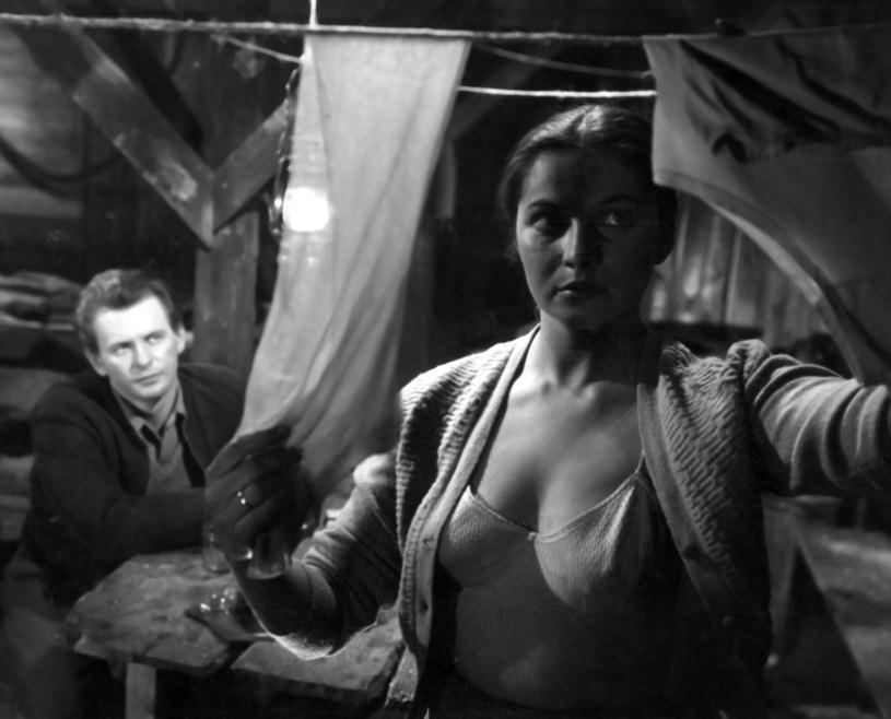 """W niedzielę, 8 kwietnia, Teresa Iżewska obchodziłaby 85. urodziny. Aktorka znana przede wszystkim z roli """"Stokrotki"""" w """"Kanale"""" Andrzeja Wajdy odeszła przedwcześnie w wieku 49 lat. Najprawdopodobniej popełniła samobójstwo."""