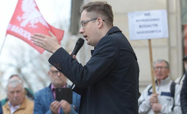 Grzywnę 10 tys. zł oraz kolejne 10 tys. zł nawiązki na cel społeczny wymierzył w piątek warszawski sąd liderowi Ruchu Narodowego, posłowi Robertowi Winnickiemu. Sąd uznał go za winnego znieważenia w 2014 r. ówczesnego szefa policji Marka Działoszyńskiego.
