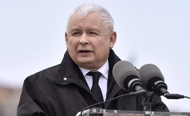 Chronimy i będziemy chronić prezesa PiS Jarosława Kaczyńskiego; potencjalny zamachowiec nie wybiera dni tygodnia - napisała w piątek na Twitterze rzeczniczka PiS Beata Mazurek, odnosząc się do zarzutów opozycji dot. kosztów ochrony prezesa PiS.