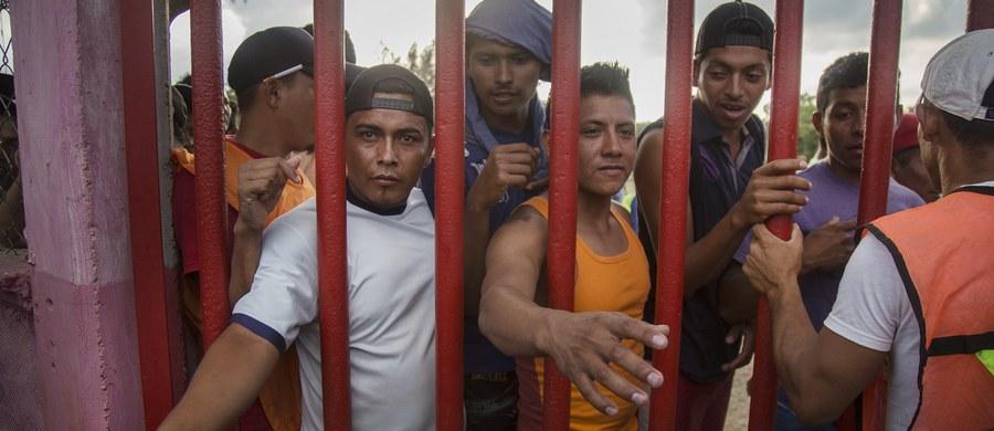 """Prezydent Donald Trump podpisał memorandum, które zawiera polecenie dla jego administracji zbadania możliwości położenia kresu polityce wobec imigrantów określanej jako """"zatrzymaj i zwolnij"""". Stany Arizona i Teksas przygotowują się do rozmieszczenia Gwardii Narodowej na granicy z Meksykiem."""