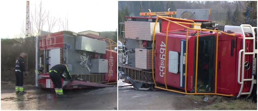 Jadący do pożaru wóz strażacki przewrócił się w Jugowie na Dolnym Śląsku. Strażak - ochotnik, który prowadził pojazd, uciekł z miejsca wypadku. Policja poszukuje zaginionego kierowcy.