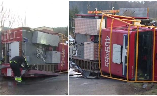 57-letni kierowca wozu strażackiego, który w niedzielę po południu przewrócił się na drodze w okolicach z Jugowa na Dolnym Śląsku, został odnaleziony! Mężczyzna trafił do szpitala; został tam przetransportowany ambulansem. Postępowanie w sprawie wypadku prowadzi policja.