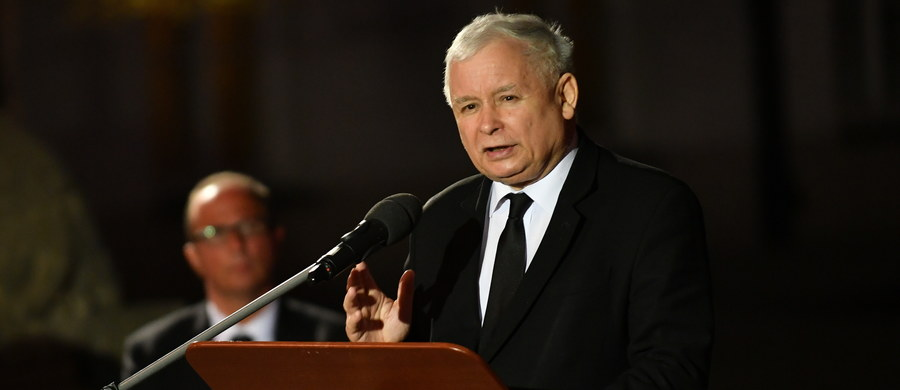 """""""To 96. marsz – tyle marszów, ile ofiar katastrofy smoleńskiej (…). To ostatni marsz. Kończymy. Kończymy, przede wszystkim dlatego, że doszliśmy do celu - niedaleko stąd odsłonięto pomnik ofiar, a pomnik Lecha Kaczyńskiego zostanie odsłonięty 10 listopada"""" - powiedział Jarosław Kaczyński podczas przemówienia przed Pałacem Prezydenckim. We wtorek wieczorem, po mszy św. w intencji ofiar katastrofy smoleńskiej, jej uczestnicy przybyli przed Pałac Prezydencki w comiesięcznym marszu pamięci. Na Krakowskim Przedmieściu zebrali się kontrmanifestanci. Marsz Pamięci, po wystąpieniu prezesa PiS, ruszył następnie w kierunku pl. Piłsudskiego, gdzie odsłonięto pomnik ofiar katastrofy Smoleńskiej."""
