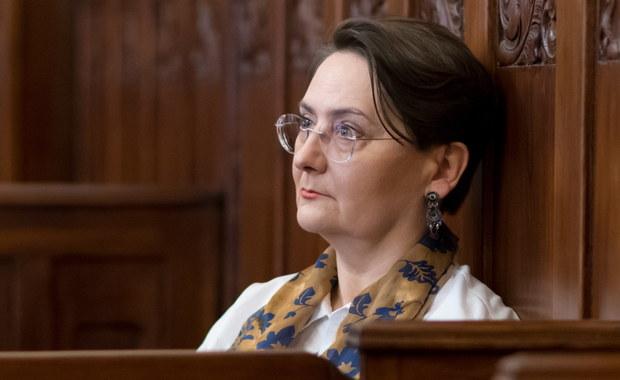 """Żona prezydenta Poznania Joanna Jaśkowiak stanęła przed sądem w związku ze słowami jakich użyła w trakcie ubiegłorocznej demonstracji. W swoim przemówieniu, komentując sytuację w kraju, powiedziała """"jestem wk...wiona"""". Sprawę zgłosiła policji anonimowa osoba."""