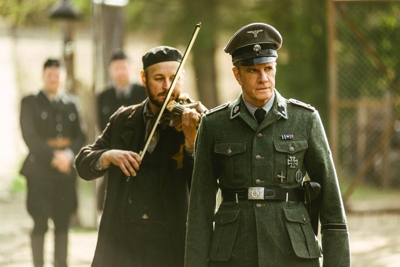"""Przed laty Christopher Lambert zagrał w filmie opartym na podstawie wydarzeń związanych z zabójstwem księdza Jerzego Popiełuszki. Teraz znów dotknął delikatnego momentu w polskiej historii - w obrazie """"Sobibór"""" wcielił się w komendanta obozu zagłady."""