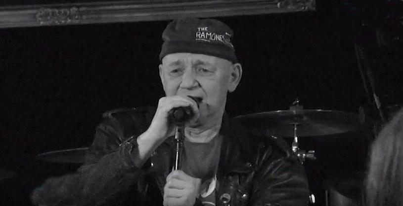 """Na cmentarzu w Wałbrzychu odbył się pogrzeb Tomasza """"Siwego"""" Wojnara, lidera punkowej grupy Defekt Muzgó."""