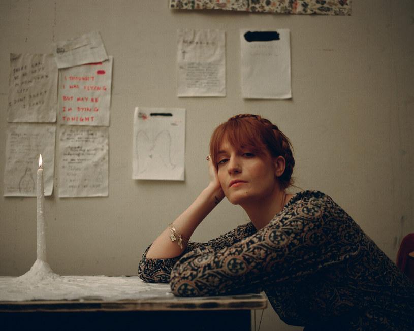 """""""To piosenka, która spadła mi prosto z nieba"""" - mówi wokalistka Florence and the Machine o swoim nowym utworze """"Sky Full Of Song""""."""