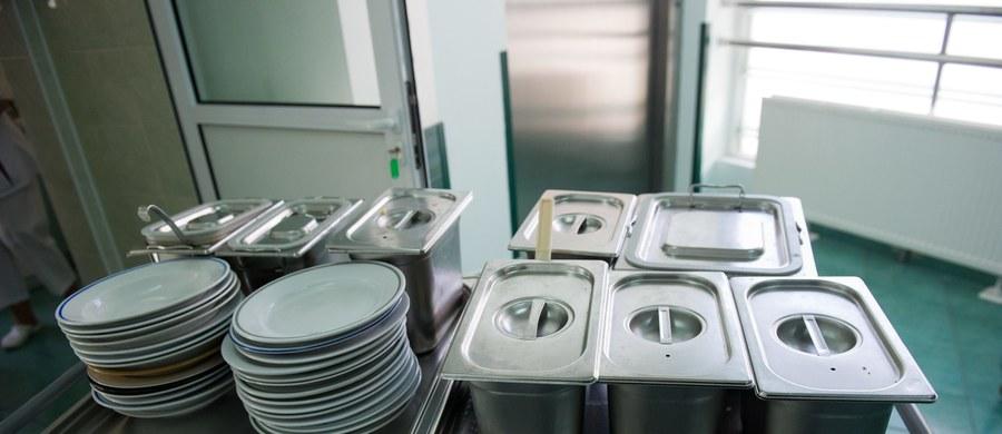 Najwyższa Izba Kontroli sprawdziła, czym karmią szpitalne stołówki i firmy cateringowe dostarczające jedzenie do lecznic. I alarmuje: Szpitalne posiłki mogą szkodzić!