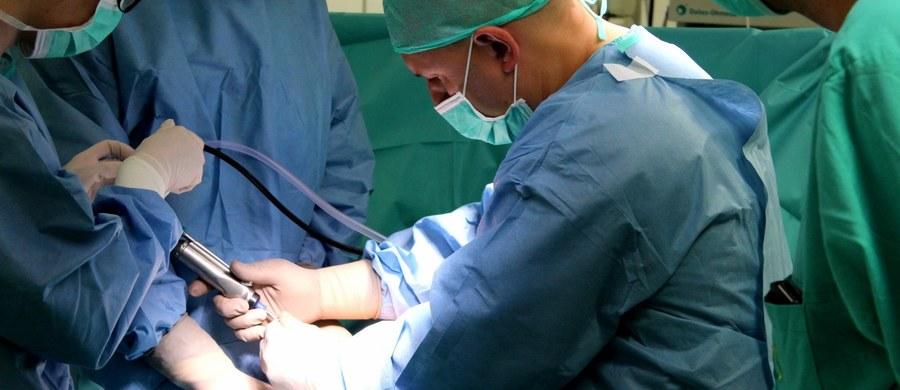 """Pierwszy w Polsce zabieg wszczepienia bioimplantu chrząstki rzepki, przeprowadzono w Szpitalu Specjalistycznym w Brzezinach w Łódzkiem. """"Wszystkie metody rekonstrukcji chrząstki, które stosowaliśmy do tej pory wymagały długiego okresu ograniczenia chodzenia po schodach, siadania, czy wstawania. Teraz pacjent może być mobilny właściwie od pierwszego dnia po operacji."""" – mówi RMF FM ortopeda, dr Grzegorz Sobieraj, który wykonywał zabieg."""