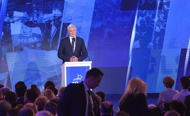 Chciałbym, by na gruncie nowej konstytucji wprowadzono głosowanie rodzinne - tak, by rodzice wychowujący małe dzieci dysponowali nie tylko głosem własnym, ale też głosem swoich dzieci - powiedział podczas konwencji PiS lider partii Porozumienie, wicepremier Jarosław Gowin. Podkreślił, że dla niego oraz jego formacji bardzo ważna jest przyszłość polskiej rodziny.