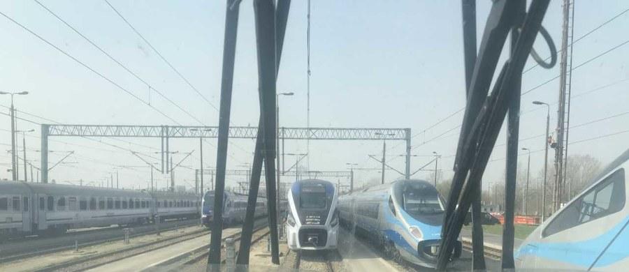 Dziesiątki wagonów i pociągów elektrycznych, które rozjeżdżają się w różne części Polski i Europy. W cyklu Twoje Niesamowite Miejsce w Faktach RMF FM odwiedziliśmy niedostępne dla postronnych zakamarki największej bazy szybkich pociągów w Polsce. Właśnie tam, na warszawskiej Olszynce Grochowskiej, działa jedna z największych bocznic kolejowych w Europie. Sprawdziliśmy również, co dzieje się w najszybszym pociągu jeżdżącym po polskich torach - czyli w rozwijającym prędkość ponad 200 kilometrów na godzinę Pendolino - gdy w środku nie ma ani jednego pasażera i wszystkie z ponad 400 foteli są wolne.
