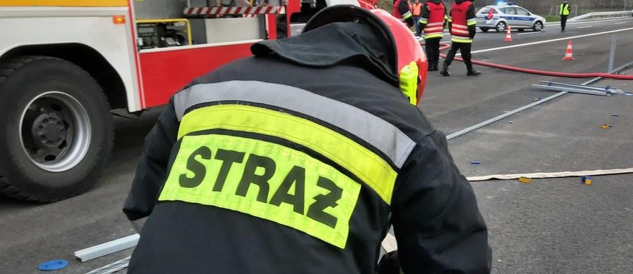 Dwie osoby trafiły do szpitala po wybuchu butli z gazem w bloku w miejscowości Petryki w gminie Stawiszyn (pow. kaliski). W wyniku eksplozji pękła konstrukcja budowlana budynku i ściany zewnętrzne.
