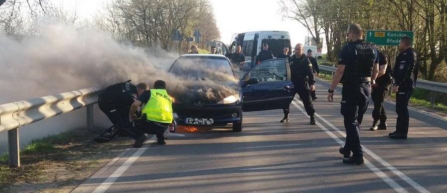 O dużym szczęściu mogą mówić podróżni, których auto zapaliło się na drodze wojewódzkiej nr 728 w Starej Wsi na Mazowszu. Dzięki szybkiej reakcji policjantów, którzy zabezpieczali wizytę premiera, trójce młodych ludzi nic się nie stało.