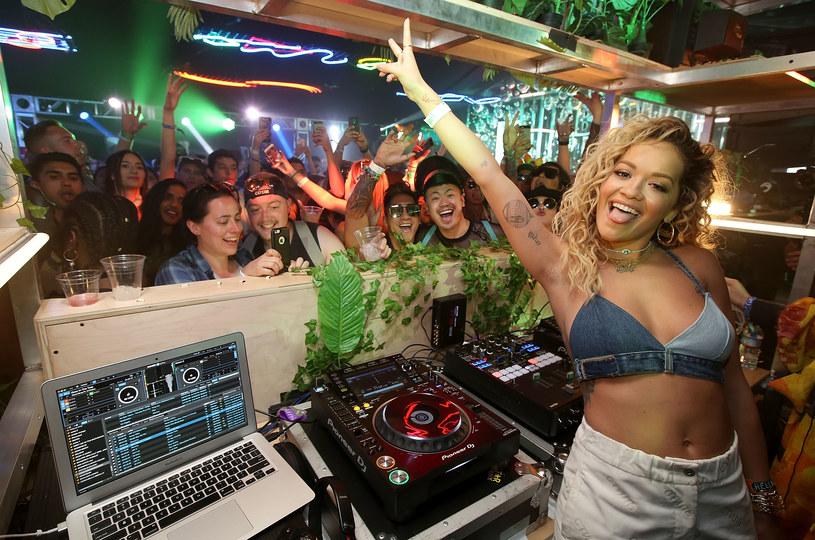 Coachella co roku przyciąga tłumy miłośników muzyki. Wśród nich nie brakuje gwiazd, które również korzystają z uroków festiwalu. Kto bawił się w ten weekend w Kalifornii?
