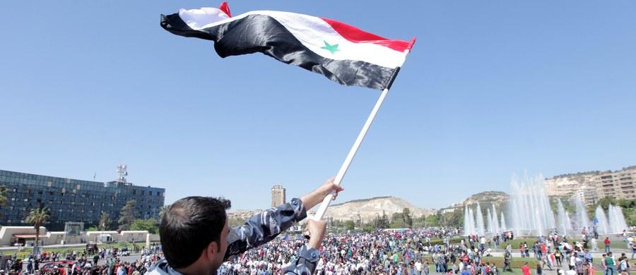 Ministrowie spraw zagranicznych z krajów Unii Europejskiej wezwali Rosję i Iran aby wpłynęły na reżim w Damaszku, by jego przedstawiciele podjęli rozmowy pokojowe z opozycją syryjską pod egidą Organizacji Narodów Zjednoczonych.
