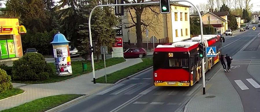 Do bardzo groźnie wyglądającego zdarzenia doszło w Czechowicach-Dziedzicach. Na ujawnionych przez staż miejską nagraniach z monitoringu widać dwie idące chodnikiem nastolatki. W pewnym momencie jedna z nich popycha drugą - tak, że dziewczyna wpada na ulicę, tuż obok przejeżdżającego autobusu. Na szczęście nastolatce nic się nie stało.