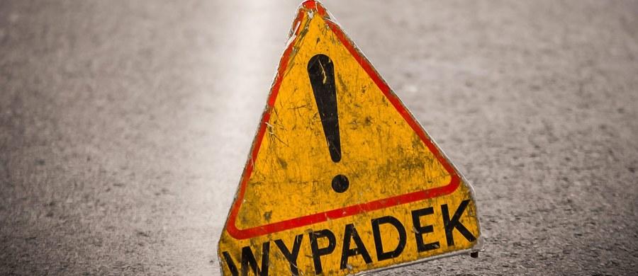 51-letni mężczyzna, który w niedzielę w Rzezawie (pow. Bochnia) potrącił samochodem sześć osób i spowodował śmierć jednej z nich, trafił do szpitala psychiatrycznego. Taką decyzję podjął lekarz na podstawie zachowania kierowcy po zatrzymaniu. Śledztwo prowadzi prokuratura w Bochni.