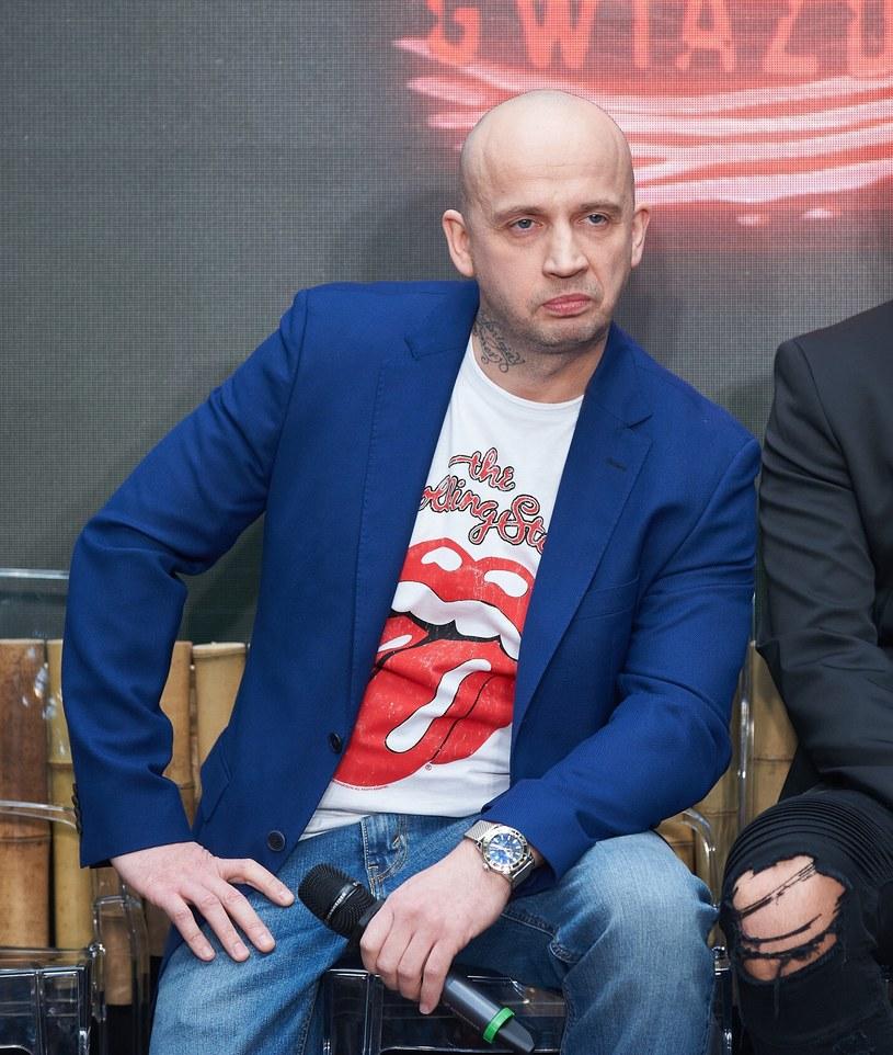 """""""Ryszard jest naturalny, a sztuka nie znosi fikcji"""" - tak Ryszarda """"Peję"""" Andrzejewskiego określił dziennikarz Hirek Wrona. Raper, który na scenie działa już od 25 lat, w """"Dzień Dobry TVN"""" opowiedział o zmianach w swoim życiu, walce z alkoholizmem i sile, jaką daje mu rodzina. Artysta opowiedział również o swojej przygodzie z programem TVN """"Agent - Gwiazdy""""."""