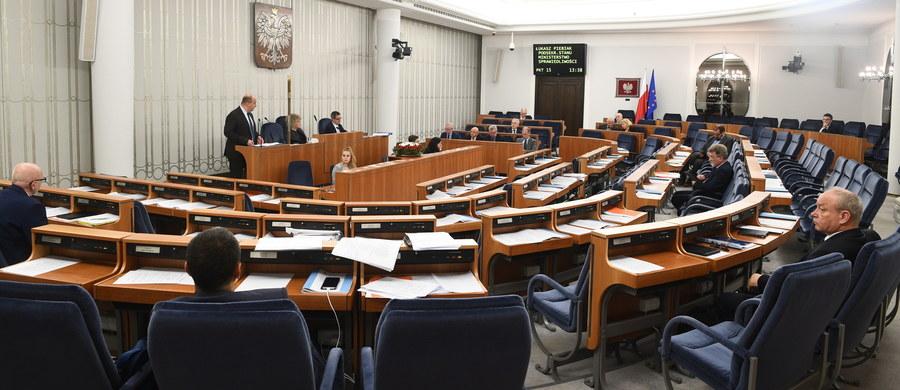 Senat poparł bez poprawek nowelizację ustawy o Sądzie Najwyższym. Nowela zakłada m.in. wprowadzenie osobnego budżetu Izby Dyscyplinarnej SN. Ustawa trafi teraz do prezydenta. Senat przyjął też nowelizację w sprawie publikacji trzech wyroków Trybunału Konstytucyjnego z 2016 roku.
