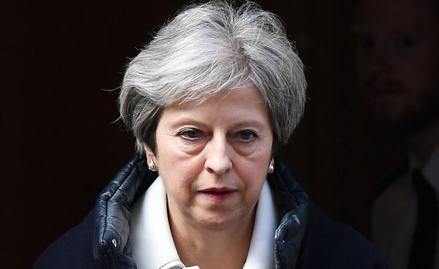 """Brytyjska premier Theresa May broniła w poniedziałek w Izbie Gmin sobotniej decyzji o udziale Wielkiej Brytanii w interwencji w Syrii, tłumacząc, że na podstawie wcześniejszych działań """"doszła do wniosku, że same wysiłki dyplomatyczne nie przyniosą odpowiedniego skutku""""."""