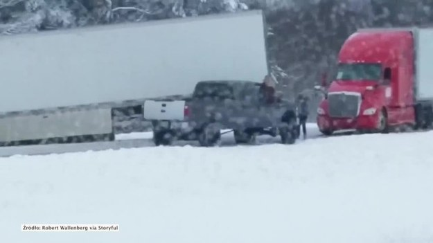 Kierowca TIRa spowodował duży korek na autostradzie w stanie Wisconsin. Nie był w stanie zapanować nad pojazdem, wpadł w poślizg i zablokował drogę. Kierowcy musieli przez dłuższy czas poczekać, żeby ciężarówka została usunięta z miejsca zdarzenia. (STORYFUL/x-news)