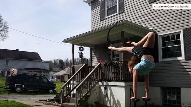 11-letnia Bella Gantt nie jest typową dziewczynką. W swoim wolnym czasie trenuje bowiem akrobatykę - jej konikiem jest strzelanie z łuku stopami, stojąc na rękach na dwóch belkach. (STORYFUL/x-news)