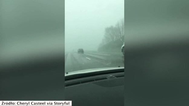W Polsce od kilkunastu dni możemy cieszyć się wyjątkowo ciepłą wiosną. Zupełnie inaczej jest w wielu regionach Stanów Zjednoczonych, gdzie kierowcom życie utrudniają obfite opady śniegu i niskie temperatury. Tak było w poniedziałek w Lexington w stanie Kentucky. (STORYFUL/x-news)