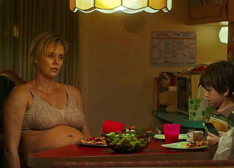 """""""Tully"""", film twórców """"Juno"""", to słodko-gorzki obraz prawdy o macierzyństwie, którego ucieleśnieniem jest Charlize Theron. Aktorka podkreśla, że temat depresji poporodowej to problem, którego nie można zamykać w ciasnym pudełku z podpisem """"zmęczona matka""""."""