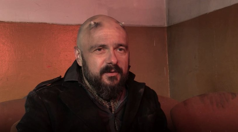 """- Ja bym bardzo chciał, żeby ten solowy projekt jak najbardziej różnił się od poprzednich trzech płyt mojego zespołu Dr Misio - mówi nam w rozmowie Arek Jakubik, który w piątek 20 kwietnia zadebiutuje solowo albumem """"Szatan na Kabatach""""."""