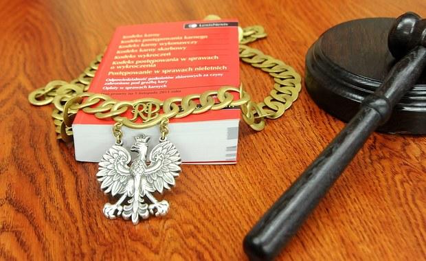 Rzecznik dyscyplinarny przy Sądzie Okręgowym w Suwałkach (Podlaskie) przedstawił dwa zarzuty dyscyplinarne wobec sędziego Dominika Czeszkiewicza z Sądu Rejonowego w Suwałkach. Miał on wyznaczyć w rażąco odległym czasie termin przesłuchania nastolatki, której grożono bronią.