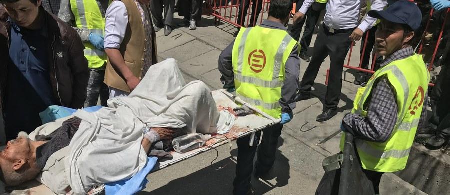 Zamachowiec samobójca wysadził się w powietrze w niedzielę przed ośrodkiem rejestrowania wyborców w stolicy Afganistanu, Kabulu. Najnowsze doniesienia mówią, że zginęło 48 osób, a 112 jest rannych.